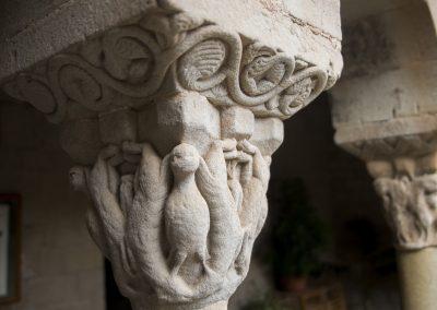 Inspiré par les thèmes des tissus orientaux, des aigles éperonnent des animaux qui se recourbent symétriquement sur les faces du chapiteau.