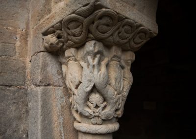 Two griffins facing upside down, separated in the upper part by a small stem that is twisted in the lower cavities.