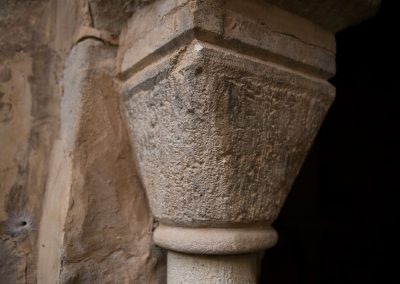 Le premier chapiteau encastré dans le pilier est remplacé par un bloc en pierre.