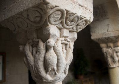 Inspirat en els temes dels teixits orientals d'àguiles situades als angles enmarcades per animals rampats que s'incurven simètricament en les cares del capitell.